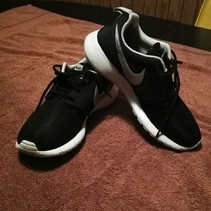 Black & white low top nikes sneakers